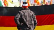 Anhänger der rechtspopulistischen Organisation Pegida demonstrieren im Oktober 2016 in Dresden.