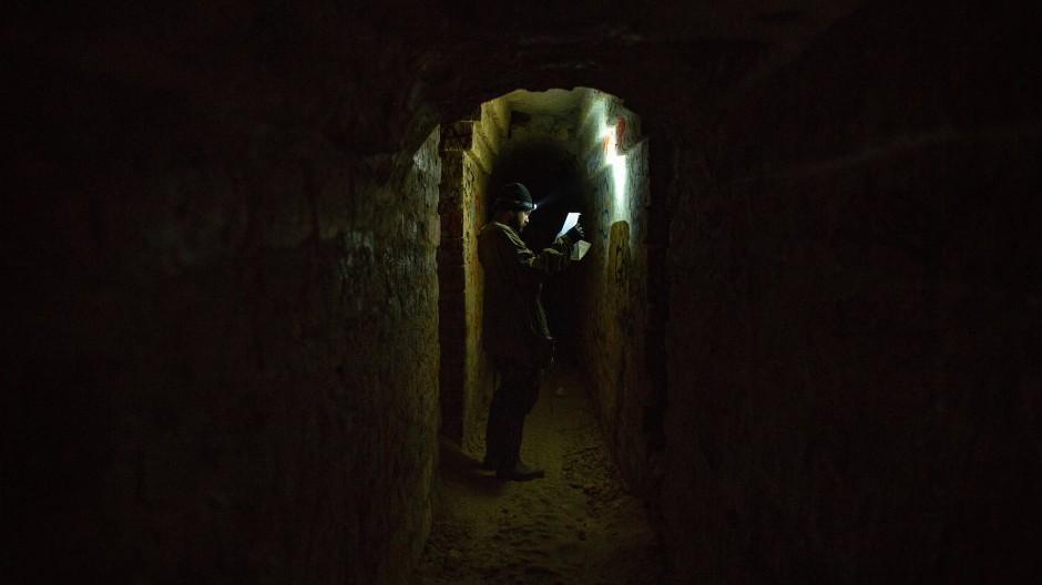 Ein verbotener Ort, der Besucher anzieht: Wanderer im Untergrund von Paris