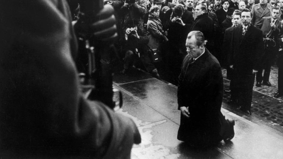Alle Juden, alle Deutschen sollten ihm dafür dankbar sein: Am 7. Dezember 1970 kniet Willy Brandt vor dem Mahnmal im einstigen jüdischen Getto in Warschau