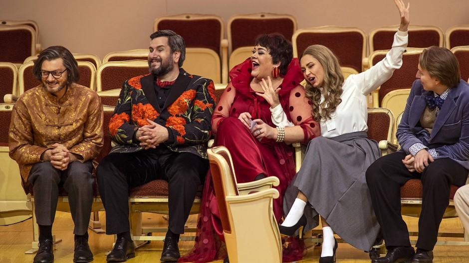 """Lauri Vasar, Goran Juric, Violeta Urmana, Aida Garifullina und Bogdan Wolkow (von links) in der Oper """"Die Verlobung im Kloster"""" an der Berliner Staatsoper."""