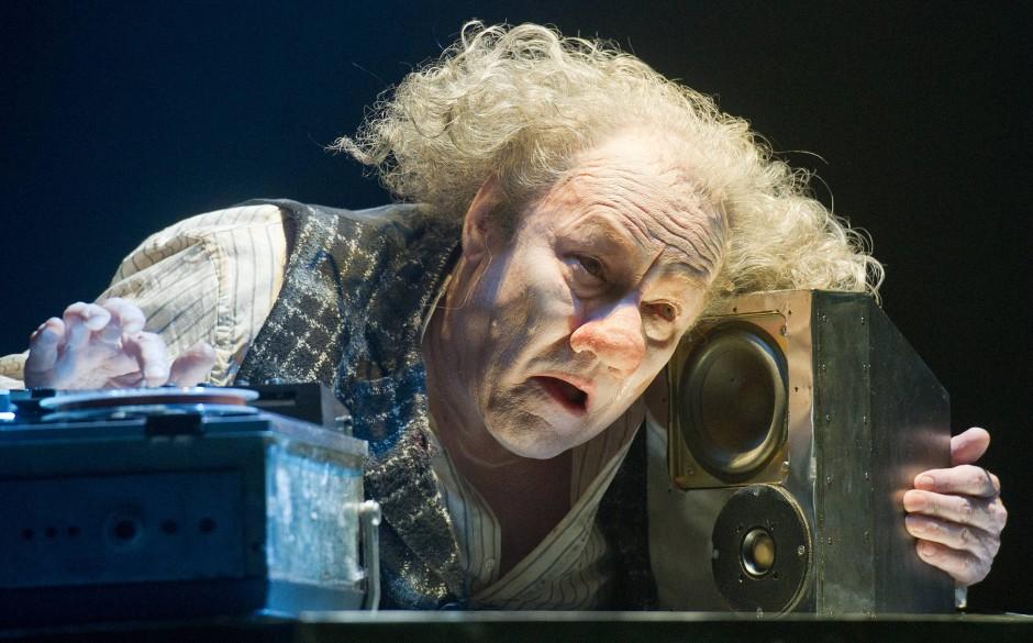 """Clownsköpfig: Brandauer als Krapp in Samuel Becketts """"Das letzte Band"""" in Neuhardenberg"""