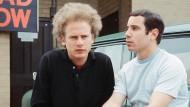 Seit Schulzeiten haben sie miteinander musiziert und gelacht, gestritten und aneinander gelitten: Paul Simon, rechts, und Art Garfunkel, hier endlich mal im Zentrum.