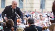 "Daniel Barenboim dirigiert am 16. Juni 2016 die Staatskapelle Berlin beim Konzert ""Staatsoper für alle"" auf dem Bebelplatz in Berlin."