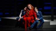 Erpresstes Zutrauen: Medea (Claudia Barainsky, Mitte) mit ihren beiden Söhnen (Florian und Maximilian Reichwein).
