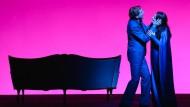"""In modernen Inszenierungen kann der innere Ozean auch in Magenta erstrahlen: """"Tristan und Isolde"""" 2014 am Staatstheater Darmstadt"""