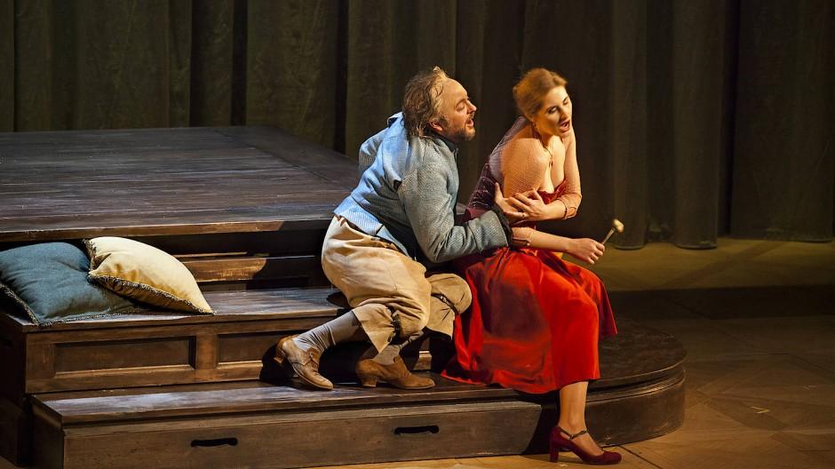 Waltz hat das Stück in die von Verdi intendierte Zeit zurückversetzt:: nach Merry Old England, da kragenlose Hemden noch nicht retro waren