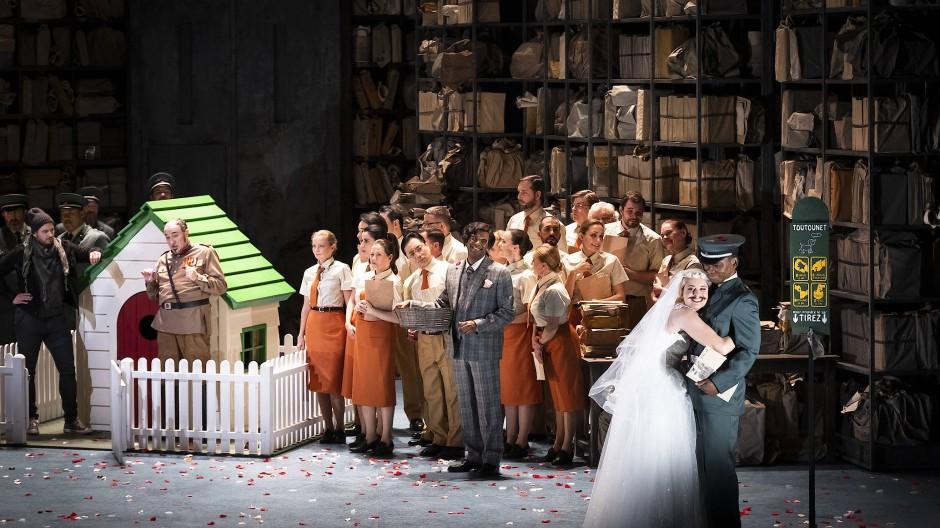 """Machenschaften und Intrigen spielen sich in der Inszenierung von Mariame Clément der lang vergessenen Offenbach-Oper """"Barkouf oder ein Hund an der Macht"""" rund um den Hundepalast des Staatsoberhauptes ab."""