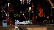 """Schlussszene aus der Oper """"Der ferne Klang"""": Grete (Jennifer Holloway) hält Fritz (Ian Koziara)"""