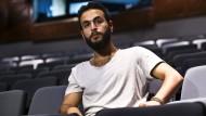 """Bashar Murkus, der Autor und Regisseur von """"Parallelzeit"""", wehrt sich gegen die Darstellung, in seinem Stück mit Terroristen zu sympathisieren."""