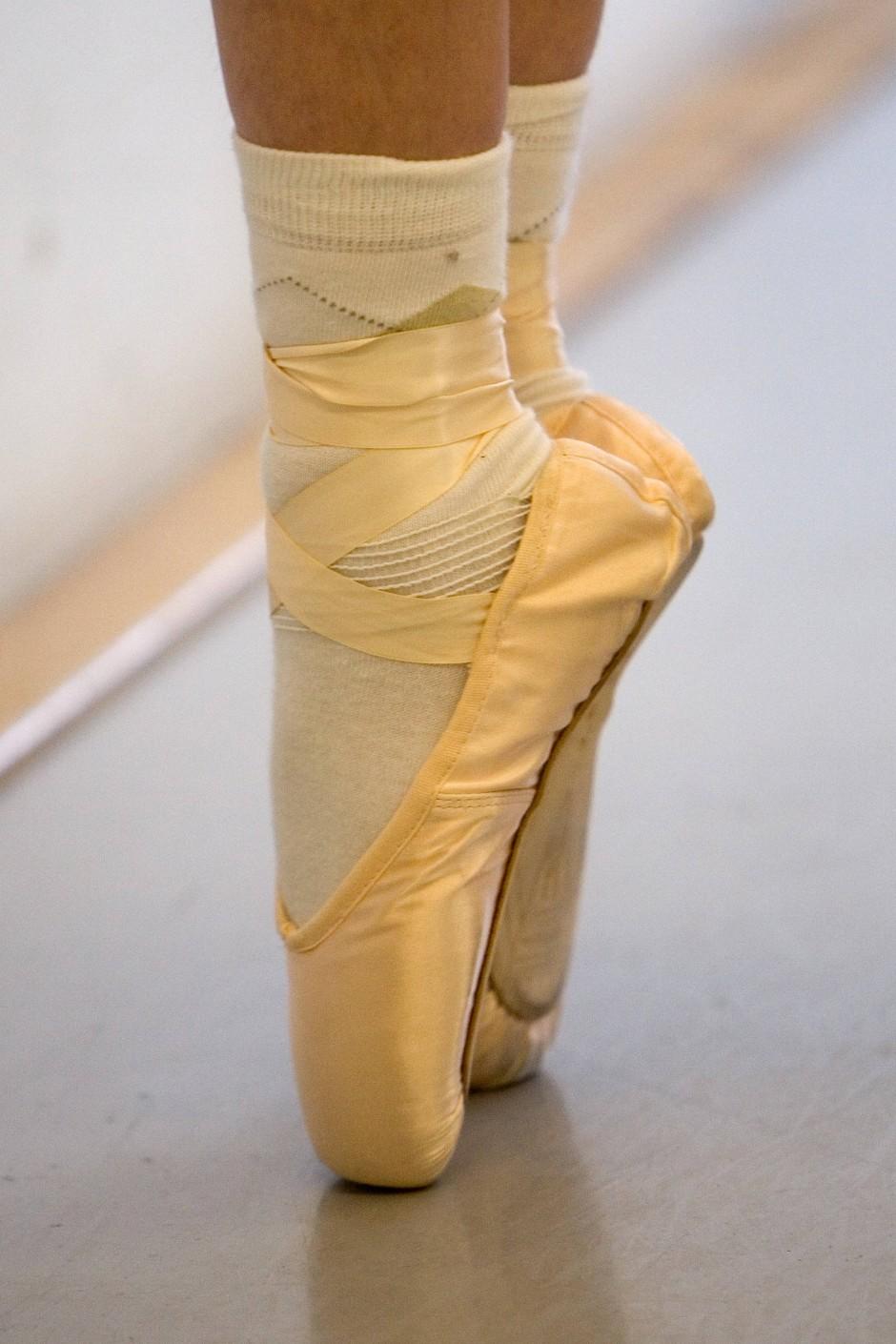 """Immer an der Ballettstange: in """"Etudes"""" steht das tägliche Exercice einer Ballettcompagnie im Mittelpunkt."""