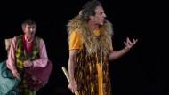 Gut bewehrt in die Unterwelt: Salvo Ficarra als Dionysos.