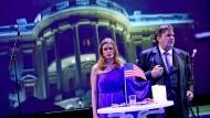 """Noch steht das Weiße Haus, aber bald wird Washington von einem Anschlag heimgesucht: Bettina Lieder und Andreas Beck bei der deutschsprachigen Erstaufführung von Mike Daiseys """"Trump"""" am Theater Dortmund."""