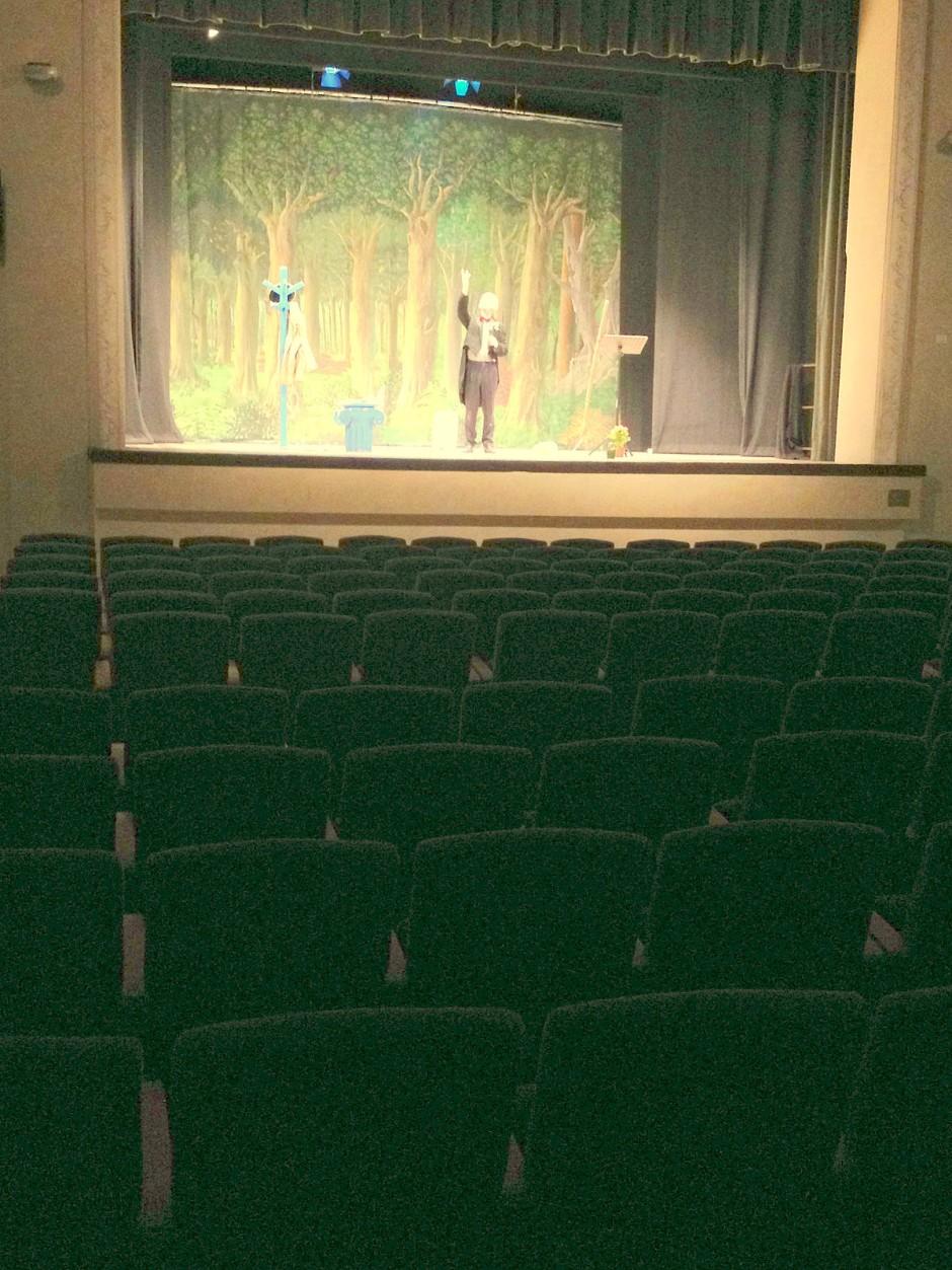 Giovanni Mongiano spielt vor leerem Theatersaal
