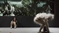 """Schön wird die Zukunft also nicht: Luana Velis als Gutmenschentochter und Torsten Flassig als haariger Affe in Mayenburgs Uraufführung """"Mars""""."""