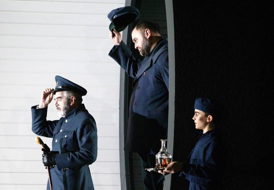 """Jonathan Summers, Darren Jeffery und Thomas Fetherstonhaugh als Mr Redburn, Mr Flint und Cabin boy in """"Billy Budd"""" der English National Opera"""