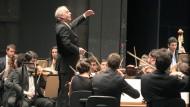 Daniel Barenboim und das West-Eastern Divan Orchestra (hier im Juli in Sevilla) begeisterten auch bei den Salzburger Festspielen