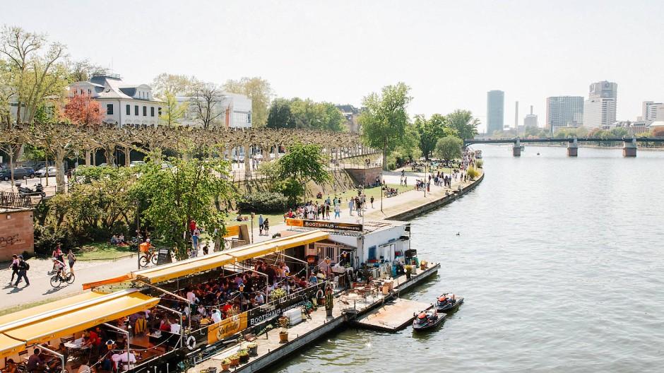 Nutzt allen: Privilegien für Geimpfte würden nicht nur Gastronomen wie hier am Frankfurter Mainufer helfen