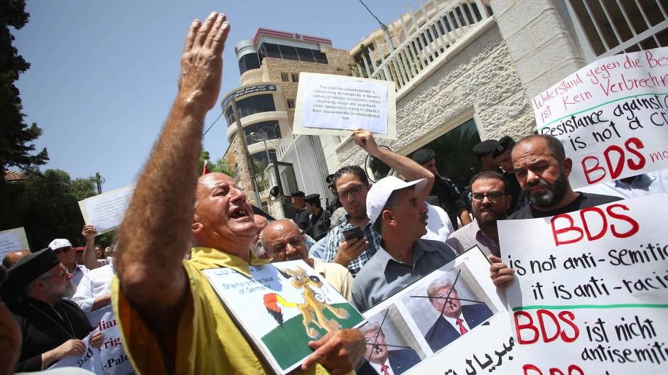 Protest: BDS-Demonstranten versammeln sich im Mai vor dem Deutschen Vertretungsbüro in Ramallah.