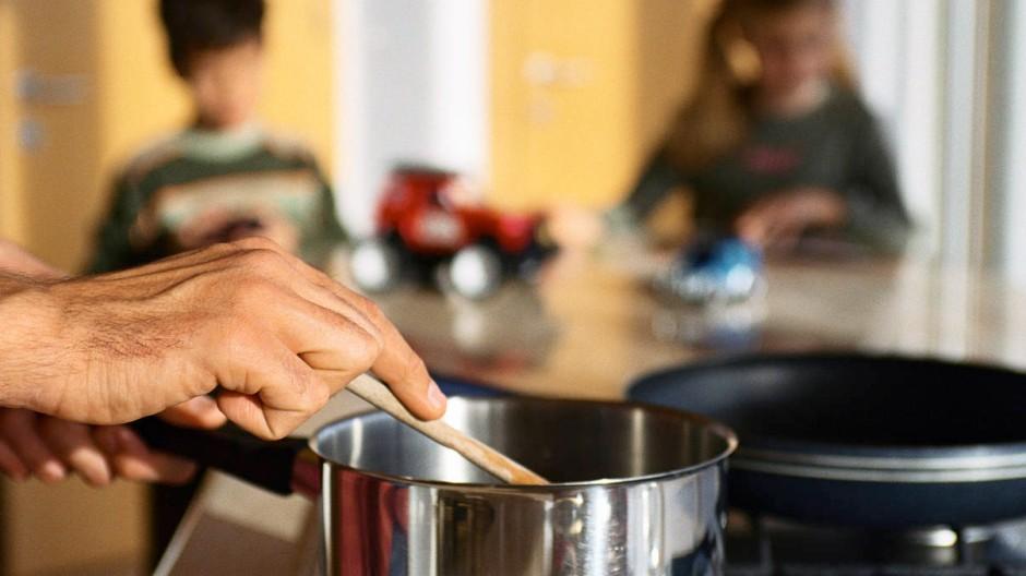 Papa kocht: Der Unterschied zwischen Männern und Frauen bei der investierten Arbeitszeit im Haushalt wird kleiner.
