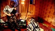Die Spezialeinheit OMON führt mitten in der Nacht Drogenrazzien durch.
