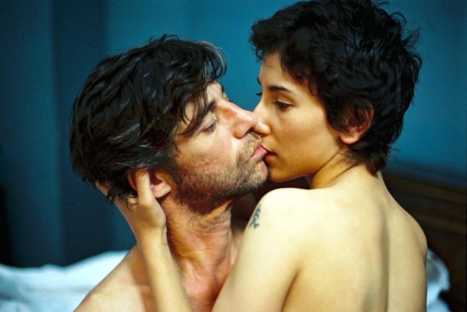 """Sibel Kekilli mit Birol Ünel in Fatih Akins preisgekröntem Film """"Gegen die Wand"""" (2004)"""