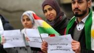 Flüchtlinge setzen ein Zeichen gegen sexuelle Belästigung – ob man sagen darf, dass Flüchtlinge an Silvester in Köln beteiligt waren, wird heftig diskutiert.