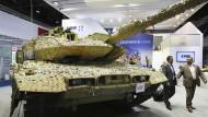Seit jeher ein Exportschlager: Ein Leopard 2 Panzer steht bei der Rüstungsmesse IDEX (International Defense Exhibition and Conference) am Stand von Krauss-Maffei Wegmann.