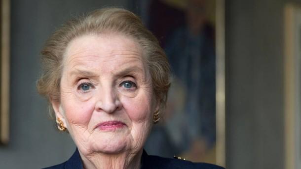 Madeleine Albright - Die ehemalige amerikanische Außenministerin hat ein Buch über ihre Kindheit in Prag geschrieben und stellt es in der Deutschen Bibliothek in Frankfurt vor.