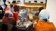Kopftuchverbot für Lehrerinnen: Frauen beim Berliner Arbeitsgericht (Archivbild)