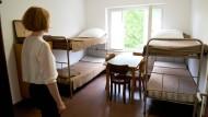 Einst waren hier Flüchtlinge aus der DDR untergebracht, später welche aus der UdSSR: Blick in einen Raum der Erinnerungsstätte des Notaufnahmelagers Marienfelde.