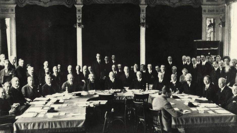 Mit Stresemann wäre das nicht passiert: Hier zu sehen als Vorsitzender im Völkerbundrat, März 1927 (vordere Reihe, 8. von links).