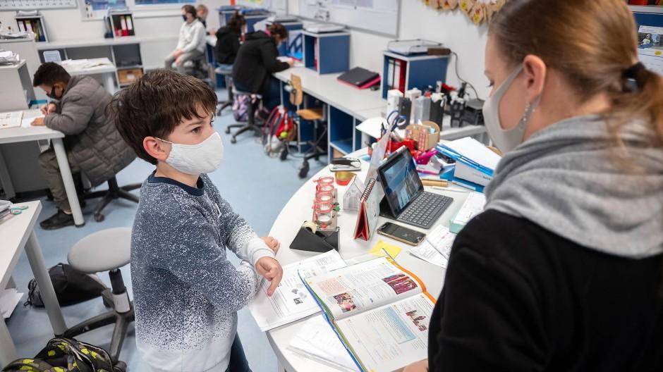 Ein Schüler der sechsten Klasse beim Gespräch mit seiner Lernbegleiterin: Die Hardtschule in Durmersheim ist mit ihrem ausgeklügelten pädagogischen Konzept erfolgreich.