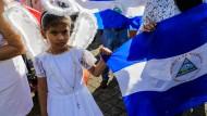 Hier blicken selbst die Engel finster drein: Mädchen bei einer katholischen Friedensmesse.