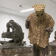 Zusammengedrängt in der belgischen Rumpelkammer, aber immer noch zu sehen: stereotypisierende Skulpturen aus dem neunzehnten Jahrhundert