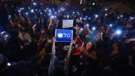"""""""Veto"""" lautet die Antwort der Studenten auf Orbáns Pläne: Am vergangenen Dienstag demonstrierten sie gegen die Änderung des Hochschulgesetzes."""