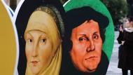 Zum Reformationsjubiläum: Schautafel mit dem Bildnis Martin Luthers und seiner Frau Katharina von Bora auf dem Gendarmenmarkt in Berlin..