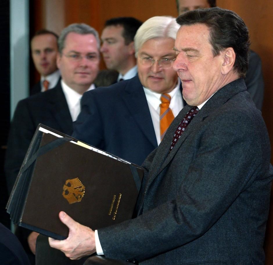 In der Zeit nach dem 11. September 2001 Kanzleramtschef: Frank Walter Steinmeier (M.) mit dem damaligen Bundeskanzler Gerhard Schröder (r.)
