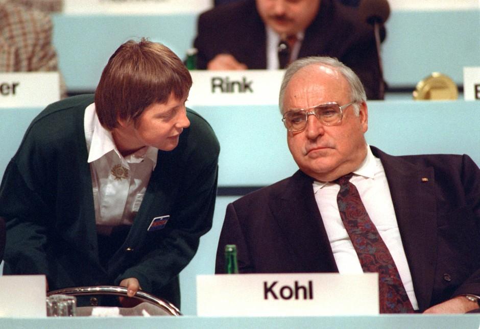 Damals eine aufstrebende Politikerin: Angela Merkel mit Helmut Kohl im Dezember 1991 beim CDU-Parteitag in Dresden