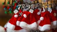 Die Masse macht's: Weihnachtsmannmützen warten auf ihre Käufer