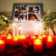 Die Welt trauert mit: improvisiertes Gedenken der Opfer von Peschawar vor der pakistanischen Botschaft in Berlin