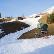 Eine Schneegarantie gibt es auch in den Schweizer Alpen nicht – dafür jede Menge Schneekanonen, die Kunstschnee auf die Pisten zaubern. (Archivbild)
