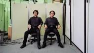 Wo sitzt der Mensch? Der japanische Robotiker Hiroshi Ishiguro und sein humanoides Replikat in der Berliner Ausstellung.