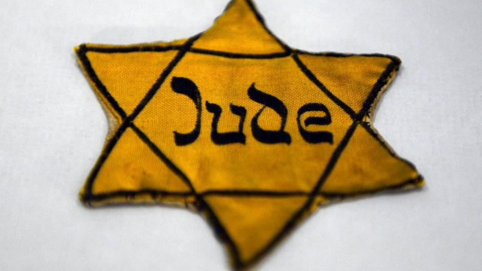 Der gelbe Stern, der einst blau war – und mit seinen Lettern die hebräische Schrift verhöhnt.