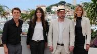 """Lars von Trier und sein """"Antichrist""""-Ensemble 2009 in Cannes: Willem Dafoe, Charlotte Gainsbourg, von Trier und Produzentin Meta Louise Foldager."""