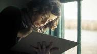 Typische Handbewegung: Sally Hawkins mimt die kanadische Künstlerin Maud Lewis.