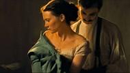 Dauernd im Bild, rettet den Film aber nicht: Mia Wasikowska (mit Henry Lloyd-Hughes) als Emma Bovary.