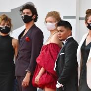 Corona-konform zur Filmpremiere: Die Darsteller und Darstellerinnen bei den Filmfestspielen in Venedig am 10. September