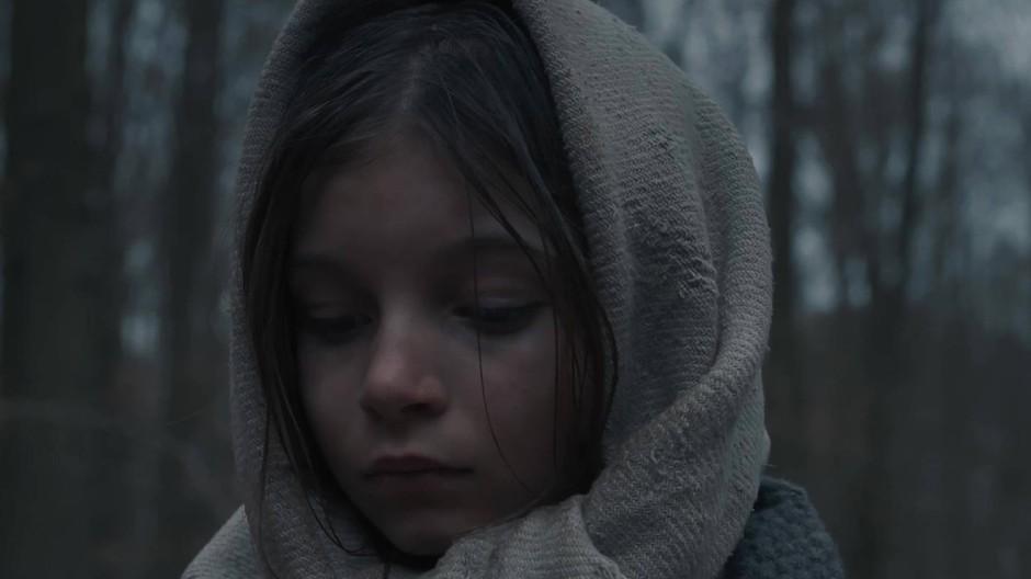 Wo die Natur am dichtesten ist, geht der Blick nach innen: Ein unheimliches Kind weiß mehr, als es sagt.