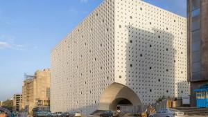 Reisende Architekten mit Koffern voller Bücher