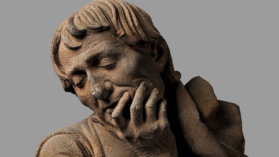 """Hier grübelt sich ein echter Straßburger mit Stirnfalten und Runzeln ein Loch in die Sandsteinwange: Niclaus Gerhaert von Leydens """"Büste eines Mannes"""", vor 1467."""